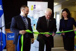 Inauguration du centre de justice de proximité du Saguenay-Lac-Saint-Jean: coupe du ruban